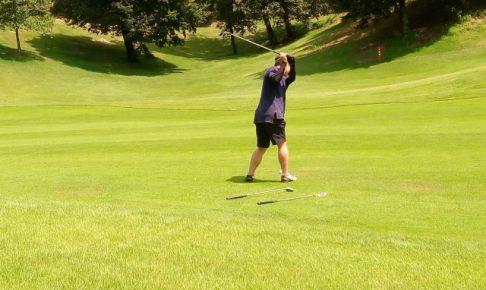 ゴルフ、バックスイング、スウェー